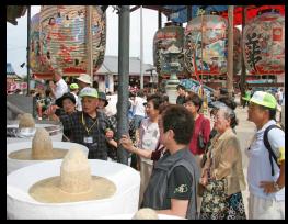 観光客に説明をする歴史ボランティア